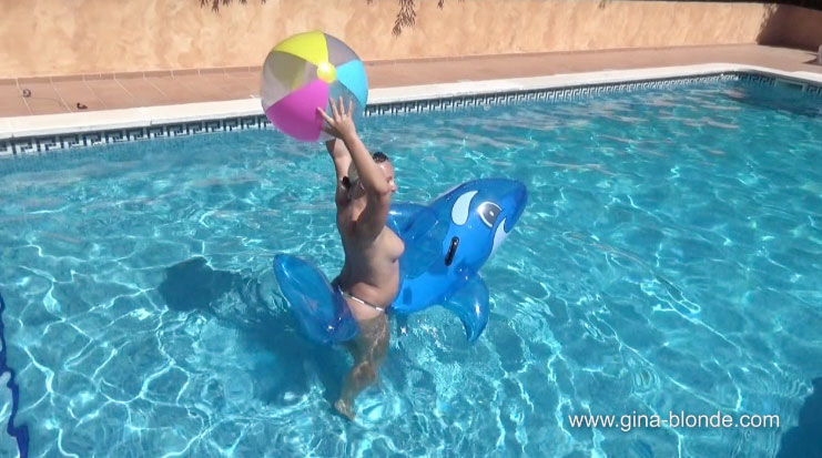 Ballon im Pool